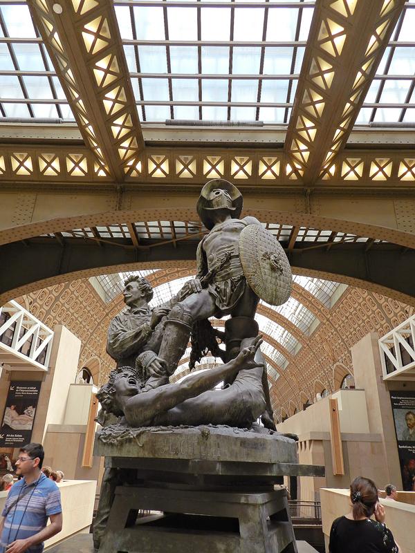 Escultura na entrada do Musèe d'Orsay TOUR EIFFEL
