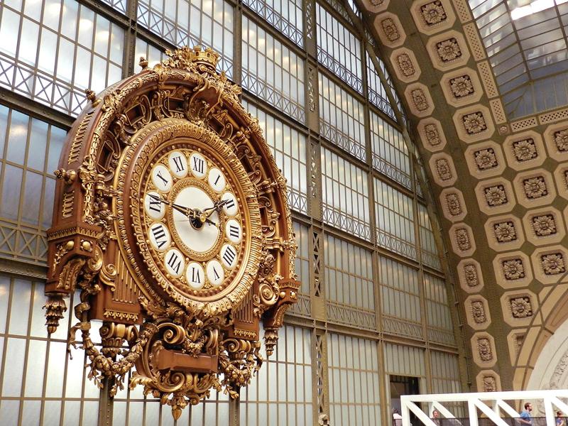 Relógio do interior do Musée Orsay em Paris