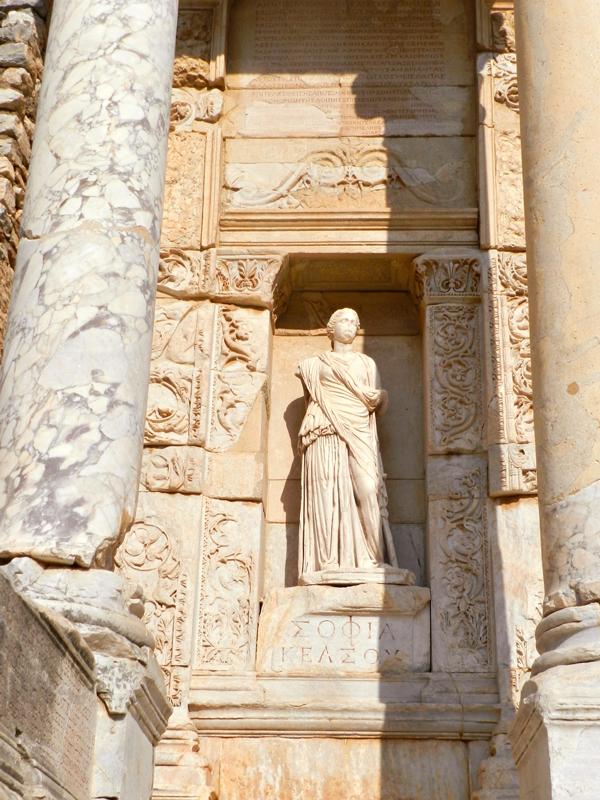 Sophia na na Biblioteca de Celso no Sítio Arqueológico de Ephesus na Turquia