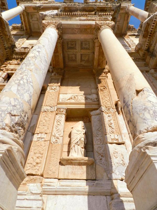 Ennoia na na Biblioteca de Celso no Sítio Arqueológico de Ephesus na Turquia