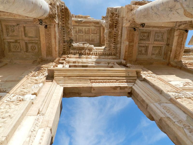 na Biblioteca de Celso no Sítio Arqueológico de Ephesus na Turquia