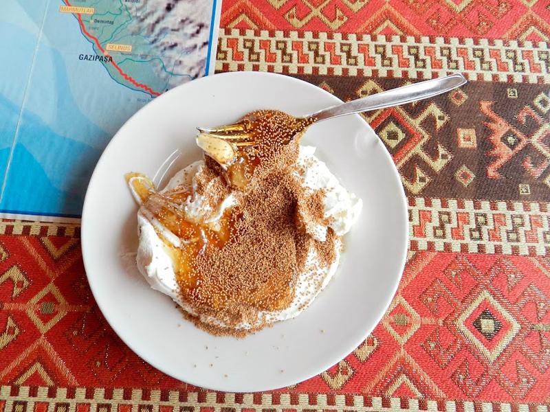 coalhada com mel e semente de papoulas na Turquia