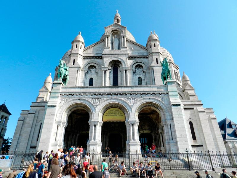 Nas escadarias da Sacre Coeur em Montmartre em Paris França