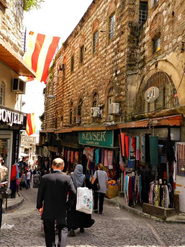 Arredores do Grand Bazaar em Istanbul Eminönü