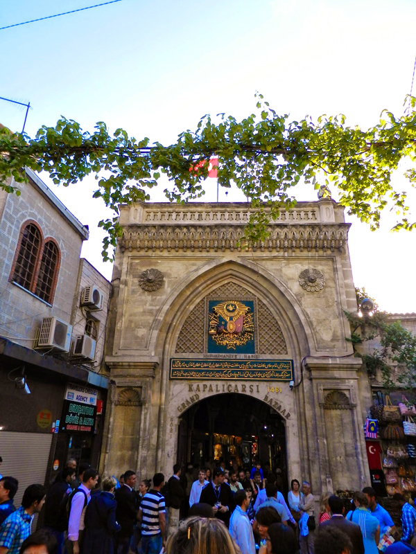 Portão de entrada para o Grand Bazar Istambul lado histórico