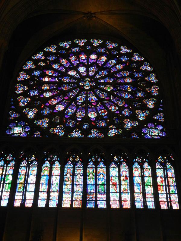 vitrais da catedral de notre dame em paris na frança