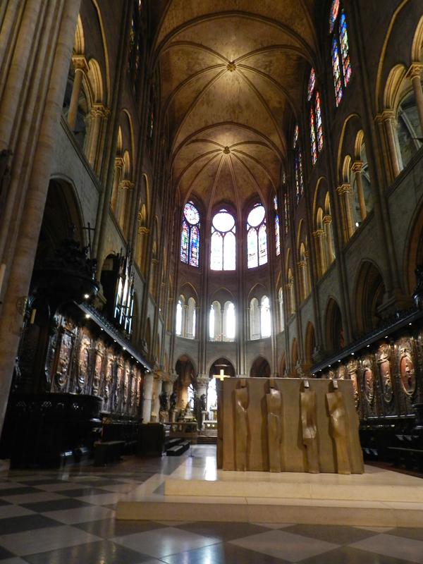 vista do altar da catedral de notre dame em paris na frança