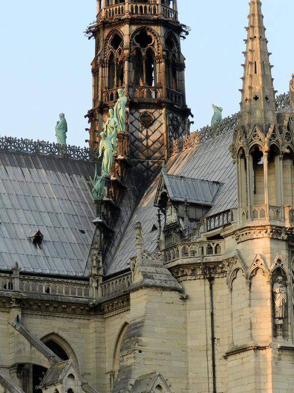 telhado que queimou da catedral de notre dame em paris na frança