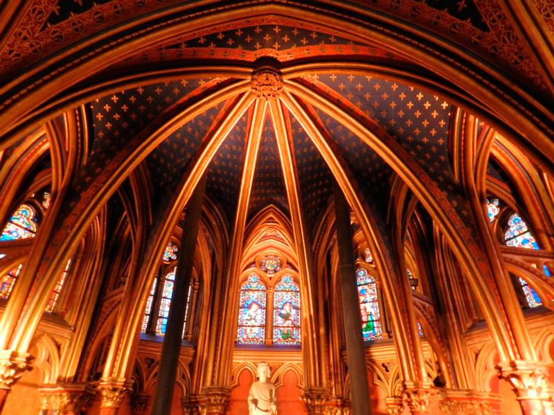 capela inferior da saint chapelle em paris na frança