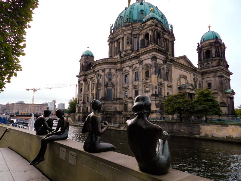 "Berliner Dom e escultura ""3 girls and 1 boy"""
