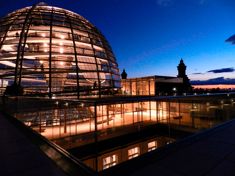 Cúpula do Reichstag o Parlamento alemão em Berlim