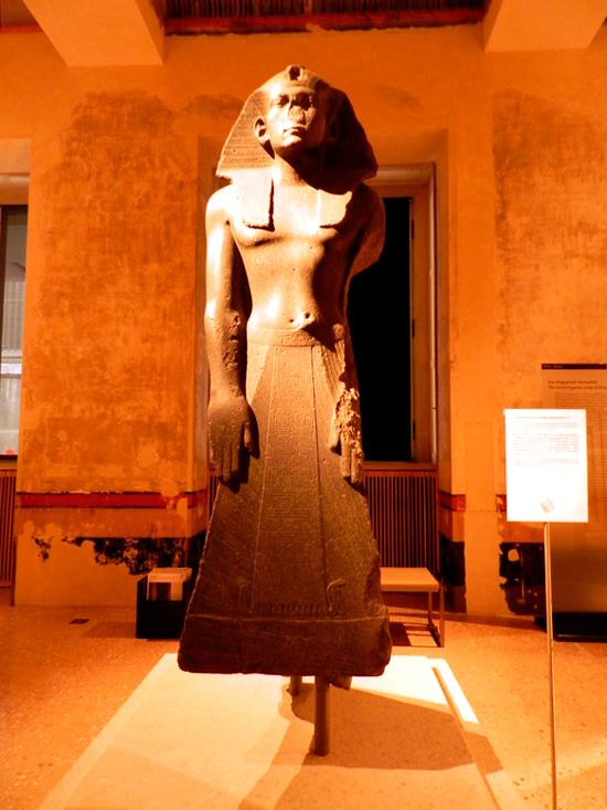 Estátua de oração do rei Amenemhet III no Ägyptisches Museum und Papyrussammlung de Berlim