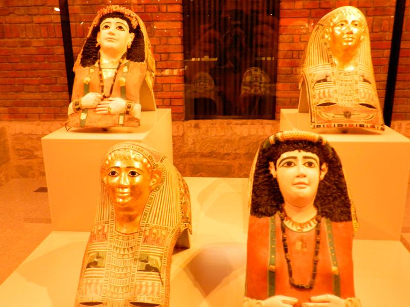 Máscaras mortuárias no Ägyptisches Museum und Papyrussammlung de Berlim
