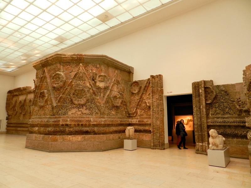 Fachada da Mshatta no Pergamonmuseum de Berlim