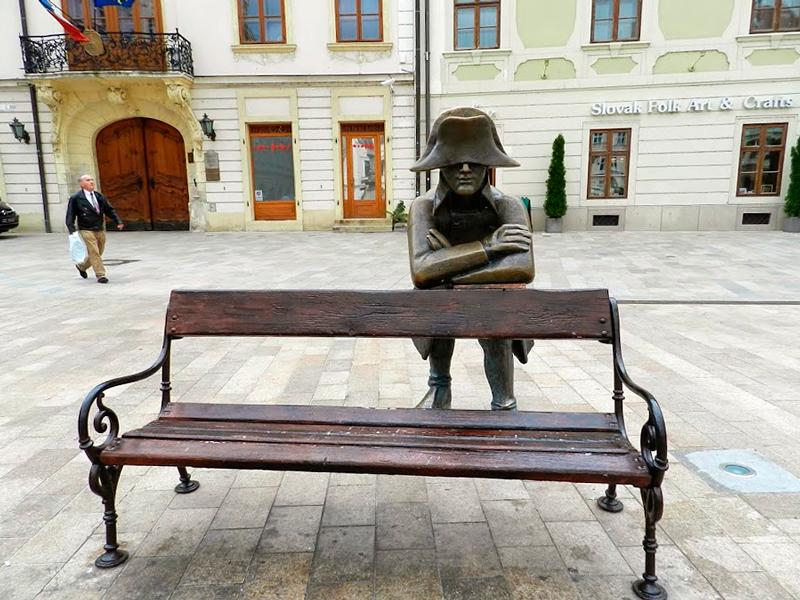 escultura no centro de bratislava na eslováquia