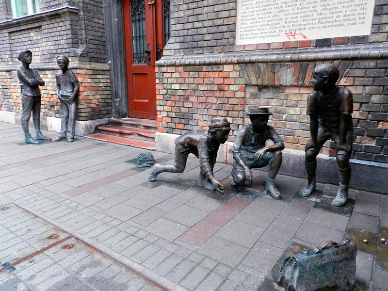 Esculturas na rua perto do hotel em Budapest