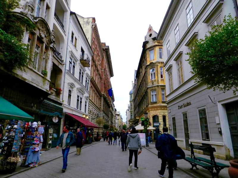 "A famosa rua ""Vaci Utca"""