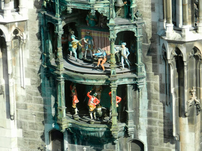 Detalhes dos bonecos do Rathaus-Glockenspiel na Marienplatz Dicas de Viagem à MUNIQUE