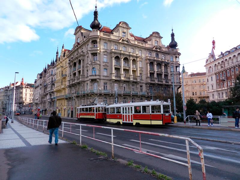 Tram 'vintage' na rua Masarykovo nábřeží Viagem a praga na tchéquia