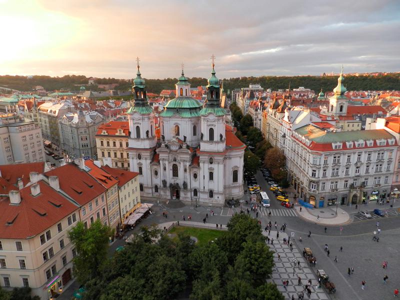 Vista da Kostel Svatého Mikuláše em cima da Torre do Relógio