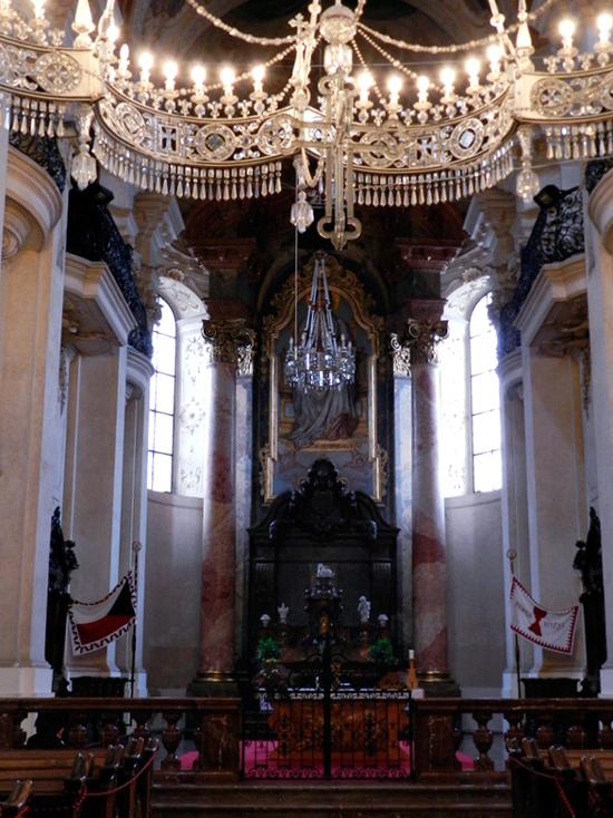 Detalhes do interior da igreja Kostel Svatého Mikuláše em Praga