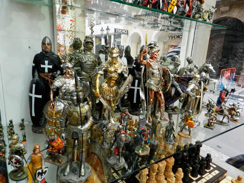 soldados medievais de souvernir em loja de Praga