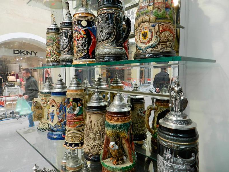 Canecos de cerveja de souvernir em loja de Praga