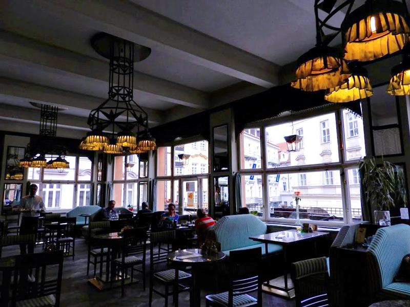 Detalhe do Grand Café Orient da Dům u Černé Matky Boží Viagem a praga na tchéquia