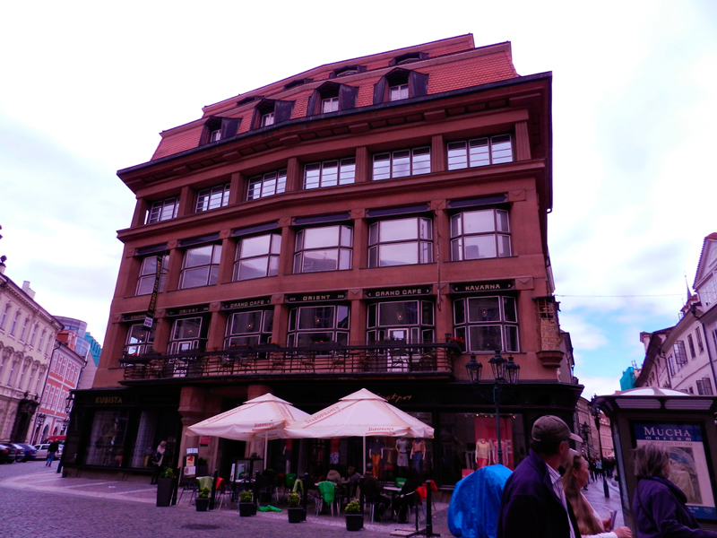 Fachada do Grand Café Orient da Dům u Černé Matky Boží em Praga