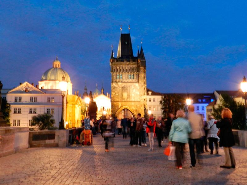 Karlův most à noite em Praga