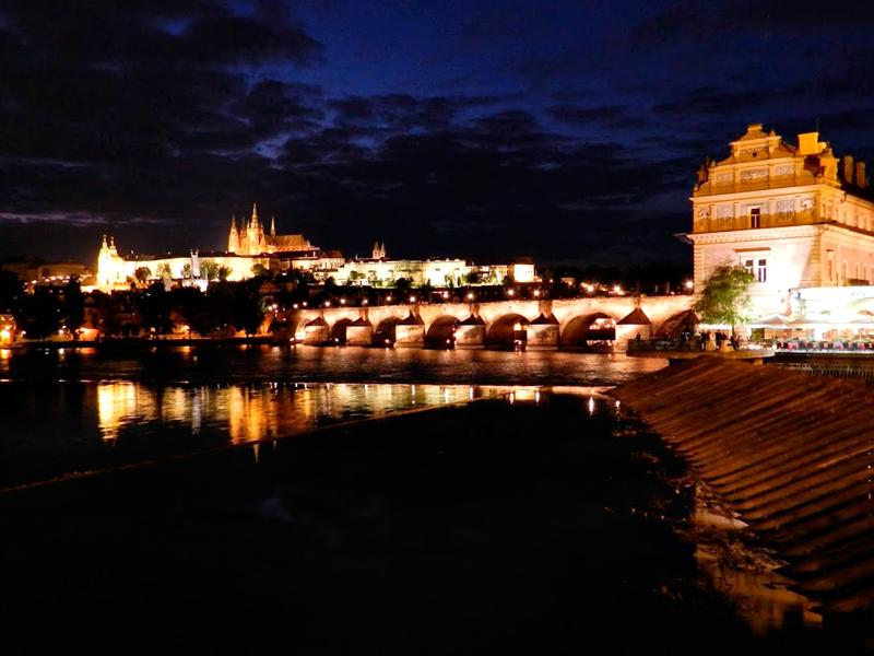 Vista do castelo de Praga e a ponte Carlos