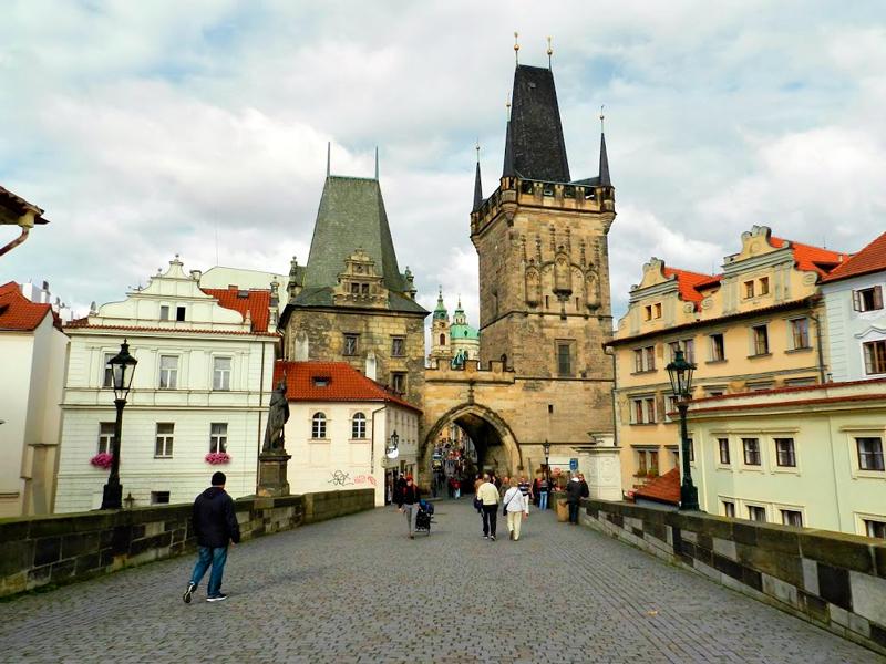Um dos portões de acesso em Praga