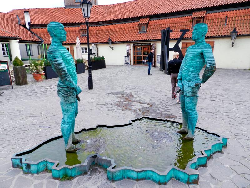 Esculturas de David Černý na frente do Franz Kafka Museum em Praga