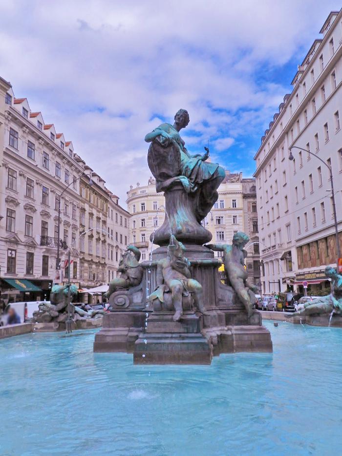 A linda fonte Donnerbrunnen no Centro Histórico de Viena, Áustria