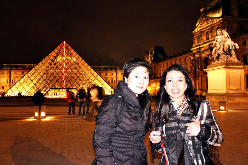 Itinerário de Viagem na pirâmide do Louvre em Paris à noite