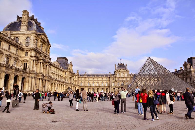 Louvre cheio de turistas em Paris