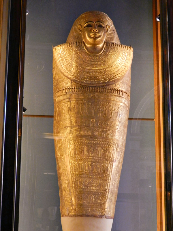 artefatos egípcios no Louvre em Paris