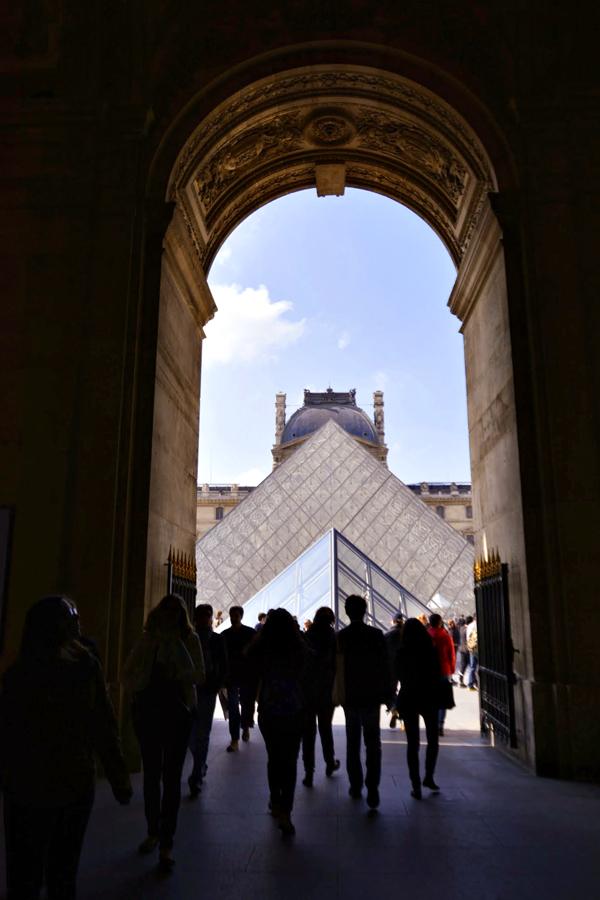 Chegando no Louvre em Paris