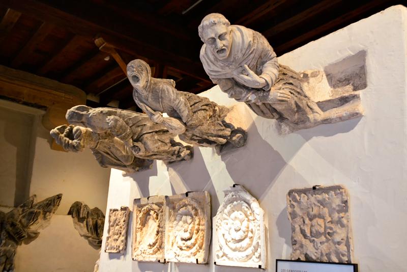 gárgulas expostas no Château de Blois em Centre na França