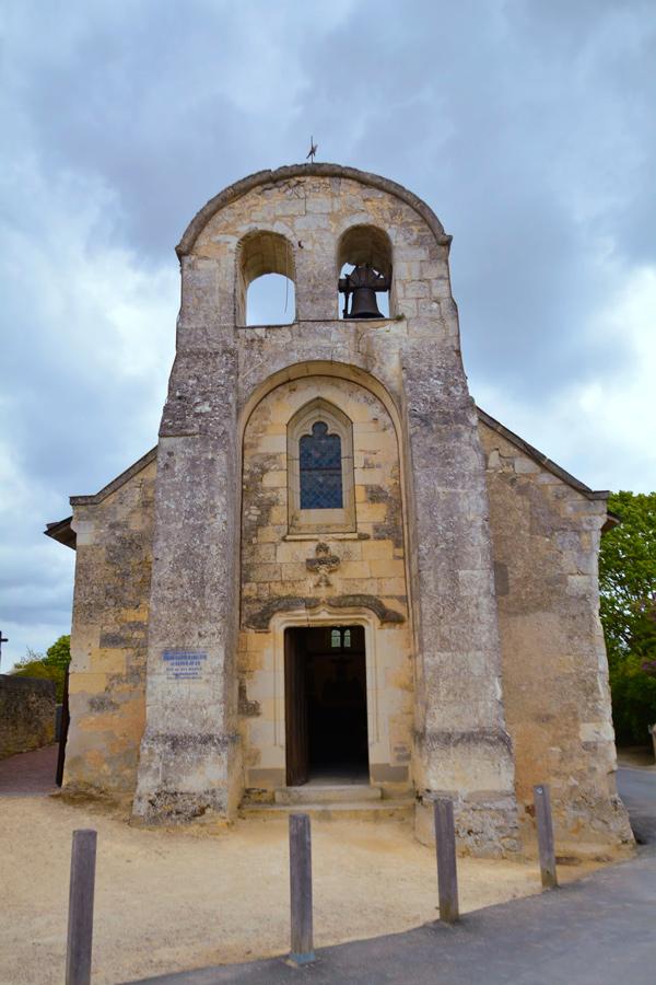 Igreja acima da Village Troglodyte de Rochemenier em Saumur