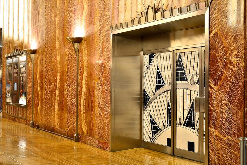 O hall e um dos elevadores do Chysler Building