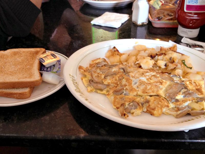 uma omelete e pão no Cozy Soup 'n' Burger
