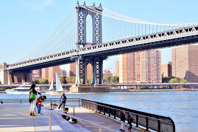 Vista da Manhattan Bridge a partir do Main Street Park no Brooklyn Heights