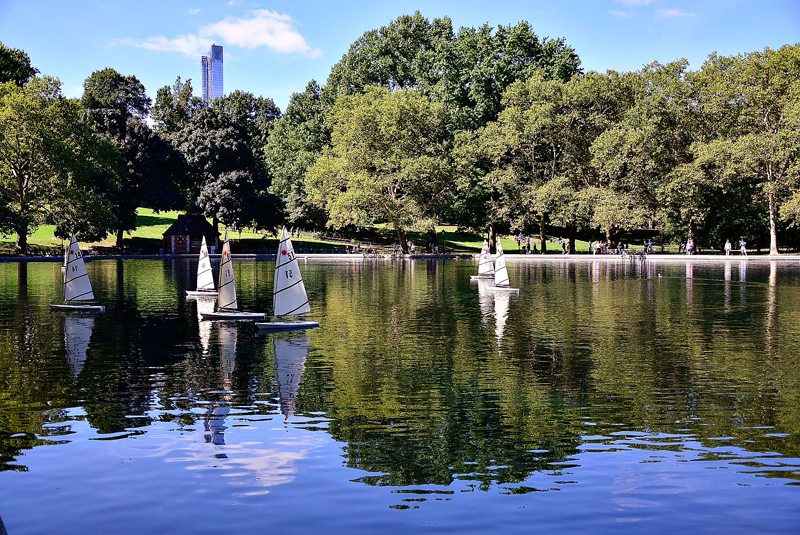 lago Conservatory Water no central park em new york começo do outono