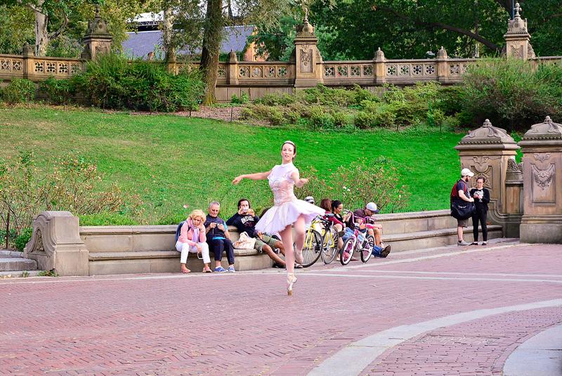 bailarina no Bestheda no central park em new york começo do outono