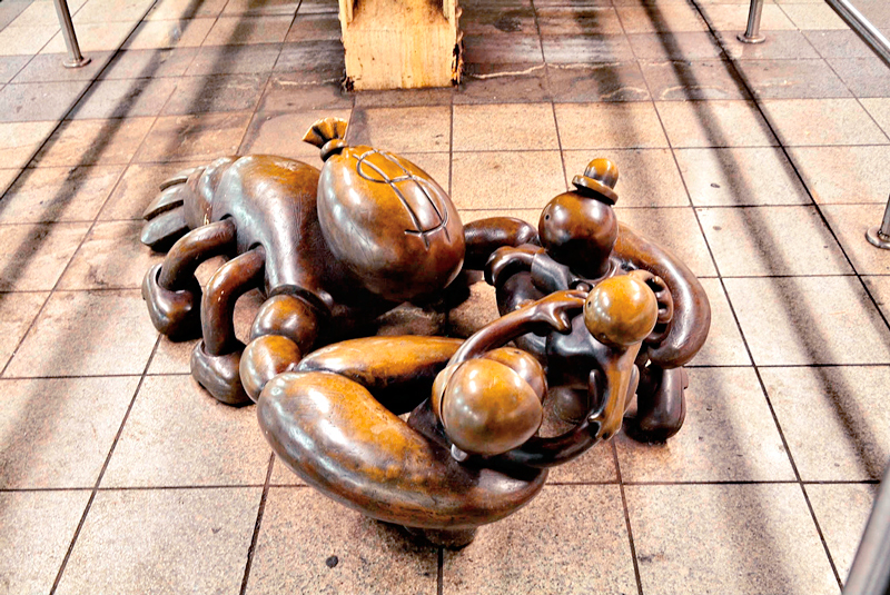 escultura life underground no metro de New York