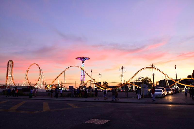 O entardecer no Luna Park em Coney Island em New York