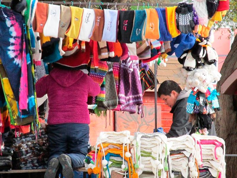 Venda de roupas artesanais em Punta Arenas no Chile