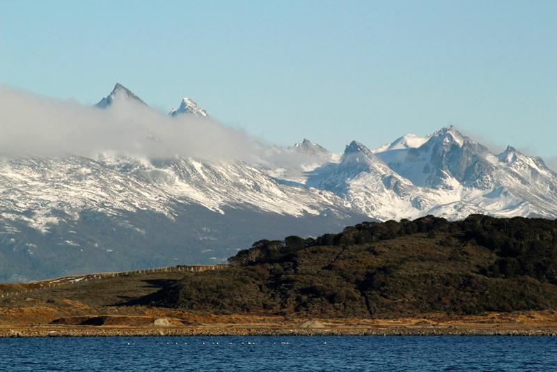 Cordilheira dos Andes, lado chileno, visto a partir do Canal Beagle em Ushuaia na Argentina