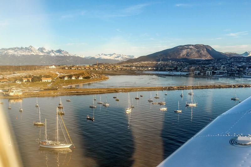 Marina de Ushuaia e Bahía Encerrada vista de Ushuaia na Argentina a partir do avião